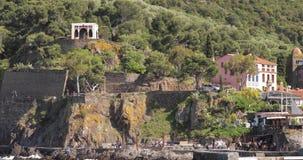 Collioure, France Vue de couchette dans le port au jour de Collioure Hilly Cityscape In Sunny Spring banque de vidéos