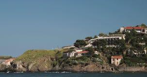 Collioure, Francia Visión desde la litera en puerto al día de Collioure Hilly Cityscape In Sunny Spring almacen de metraje de vídeo