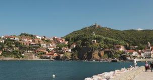 Collioure, Francia Visualizzazione dall'ancoraggio in porta al giorno di Collioure Hilly Cityscape In Sunny Spring Turisti della  archivi video