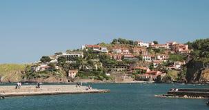 Collioure, Francia Visualizzazione dall'ancoraggio in porta al giorno di Collioure Hilly Cityscape In Sunny Spring Turisti della  stock footage