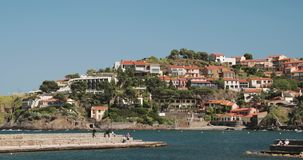Collioure, Francia Visualizzazione dall'ancoraggio in porta al giorno di Collioure Hilly Cityscape In Sunny Spring Turisti della  video d archivio