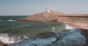 Collioure, Francja Morze Śródziemnomorskie fale Myje Brzegową Pobliską St Vincent kaplicę W Pogodnym wiosna dniu zbiory