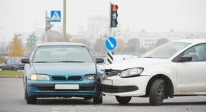 Collision d'accident d'automobile dans la rue urbaine Photographie stock
