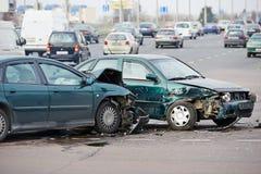 Collision d'accident de voiture dans la rue urbaine photographie stock