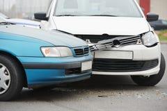 Collisione di incidente stradale in via urbana Immagine Stock