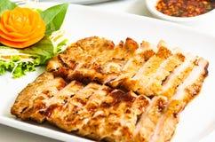 Collo arrostito della carne di maiale servito con salsa piccante Immagini Stock