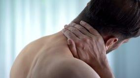 Collo commovente paziente, parte posteriore superiore ritenente di spasmo, nervo pizzicato, disagio immagine stock