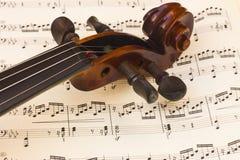Collo del violino sopra uno strato dello spartito di musica fotografia stock libera da diritti