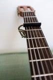 Collo della chitarra con la fine di vista di angolo basso del capo su immagini stock libere da diritti