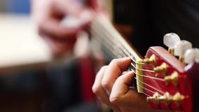 Collo della chitarra del primo piano e mano del chitarrista archivi video