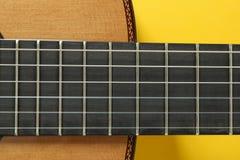 Collo della chitarra su fondo giallo fotografie stock libere da diritti
