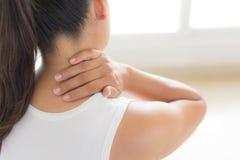 Collo della donna del primo piano e dolore e lesione della spalla immagini stock libere da diritti