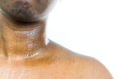 Collo e petto di sudorazione della pelle di Brown fotografia stock