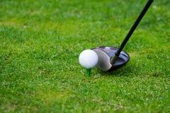 Collocare sul tee di golf immagine stock
