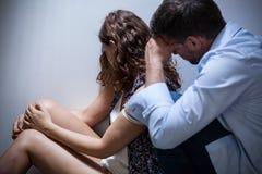 Colloqui dell'aguzzino con la vittima Fotografia Stock Libera da Diritti