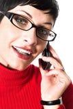 Colloqui della segretaria sul mobile fotografie stock