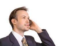Colloqui sorridenti dell'uomo d'affari sul telefono Immagini Stock Libere da Diritti