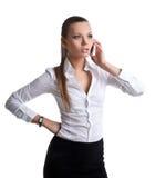 Colloquio attraente della donna sul telefono delle cellule isolato fotografie stock