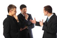 Colloquio dei tre un giovane uomini d'affari immagini stock libere da diritti