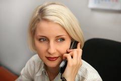Colloquio della donna di affari sul telefono Fotografia Stock Libera da Diritti