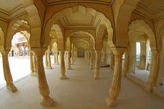 Collumned jaunissent le hall dans Sattais Katcheri en Amber Fort près de Jaipur, Ràjasthàn, Inde Amber Fort est la touriste princ Photos libres de droits