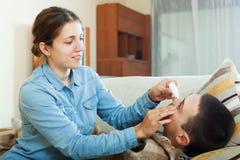 Collyrium капания женщины, который нужно экономно расходовать Стоковая Фотография RF