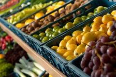 Colmado - rectángulos con las frutas Fotos de archivo libres de regalías