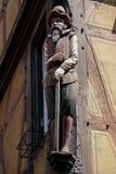 COLMAR, FRANCE/EUROPE - 19 JUILLET : Statue en bois d'un homme dans le col Images stock