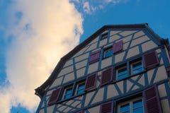 Colmar livligt gult hus i gammal stad arkivfoto