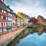 Colmar, Venecia pequena, canal del agua y casas tradicionales. Alsacia, Francia. Fotografía de archivo libre de regalías