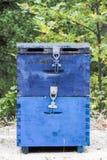 Colmena azul de la abeja en el campo en Thassos Fotos de archivo