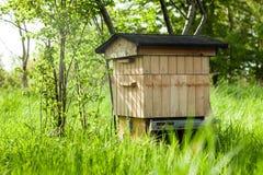 Colmena con las abejas en el jardín Hogar para las abejas Foto de archivo
