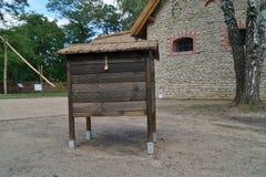 Colmena de la abeja - casa de madera vieja Imagenes de archivo