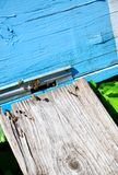 Colmena de la abeja con las abejas en ella Foto de archivo libre de regalías