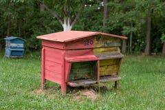 Colmena de madera con las abejas en una granja de la miel Fotografía de archivo