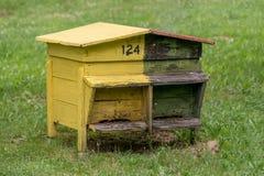 Colmena de madera con las abejas en una granja de la miel Imagenes de archivo