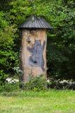 Colmena de madera pintoresca tradicional de la abeja en Eslovenia, un trun del árbol Imagen de archivo libre de regalías
