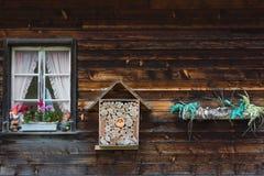 Colmena en la pared de una casa del pueblo, Grindelwald, Switzerlan de la abeja Foto de archivo libre de regalías