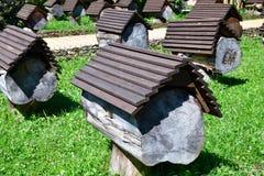 Colmenar con las colmenas de la abeja en Abjasia Imagen de archivo libre de regalías