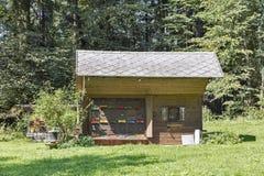 Colmenar con las colmenas en las montañas de Eslovenia Fotografía de archivo