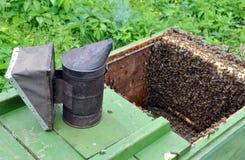 Colmenar. Equipo del apicultor Imágenes de archivo libres de regalías