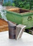 Colmenar. Equipo del apicultor Imagen de archivo
