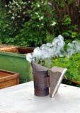 Colmenar. Equipo del apicultor Imagenes de archivo