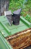 Colmenar. Equipo del apicultor Fotografía de archivo