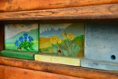 Colmenar esloveno típico con los paneles únicos de la colmena Fotos de archivo libres de regalías