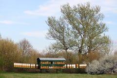 Colmenas de la abeja en paisaje verde del campo Fotografía de archivo