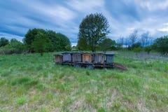 Colmenas de la abeja en rastro en paisaje rural Imágenes de archivo libres de regalías