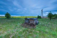 Colmenas de la abeja en rastro en paisaje rural Fotos de archivo