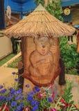 Colmenas de madera para las abejas activas de la miel con un tejado cubierto con paja Fotografía de archivo libre de regalías