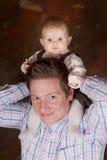 Colmo para arriba en el cuello del papá Foto de archivo libre de regalías